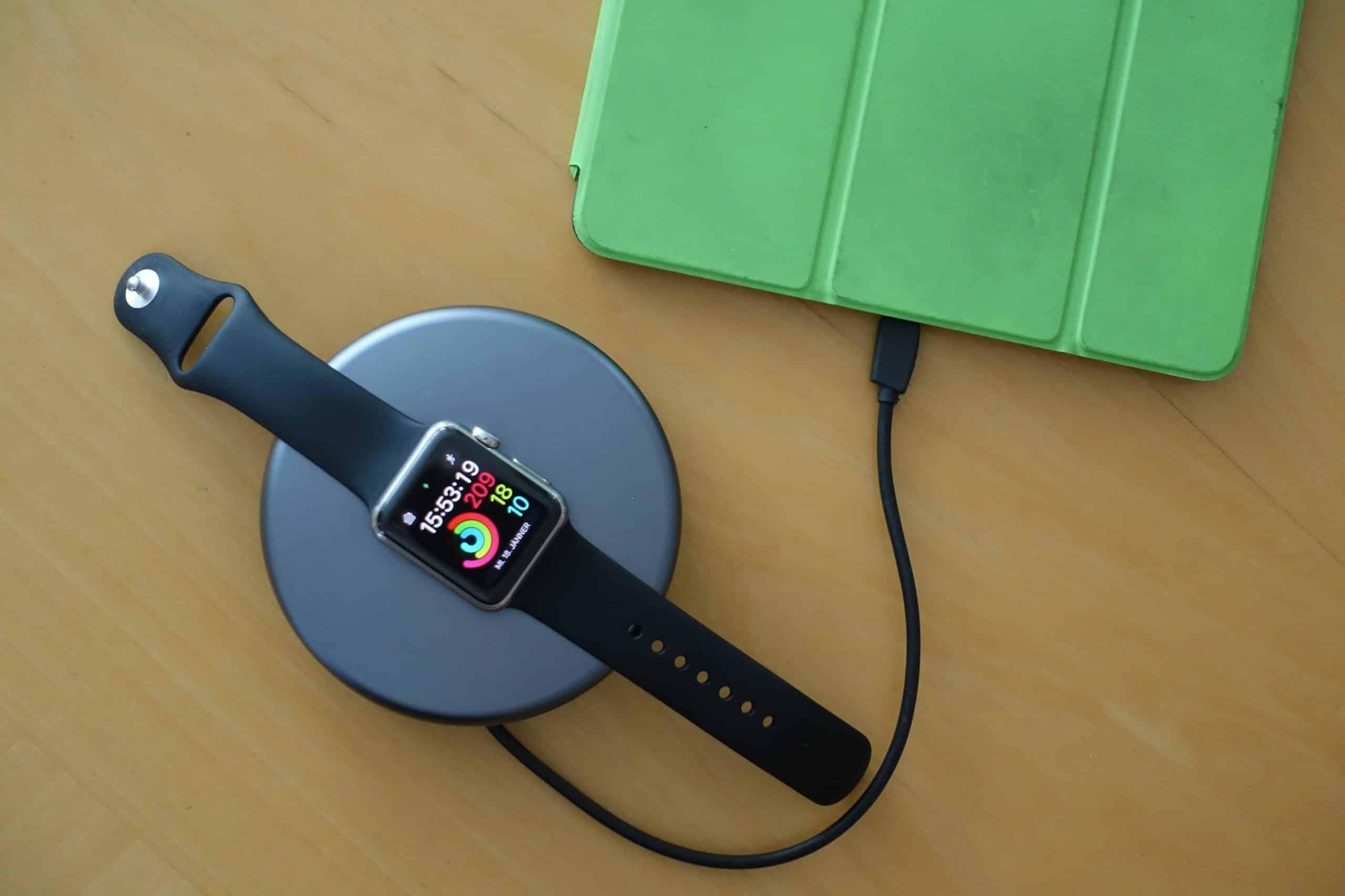 Apple Watch und iPad am Laden