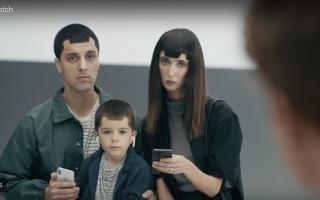 """Neue Samsung Werbung """"toppt alles"""": Apple Nutzer mit Notch Frisur, Kind mit herausfallenden AirPods"""